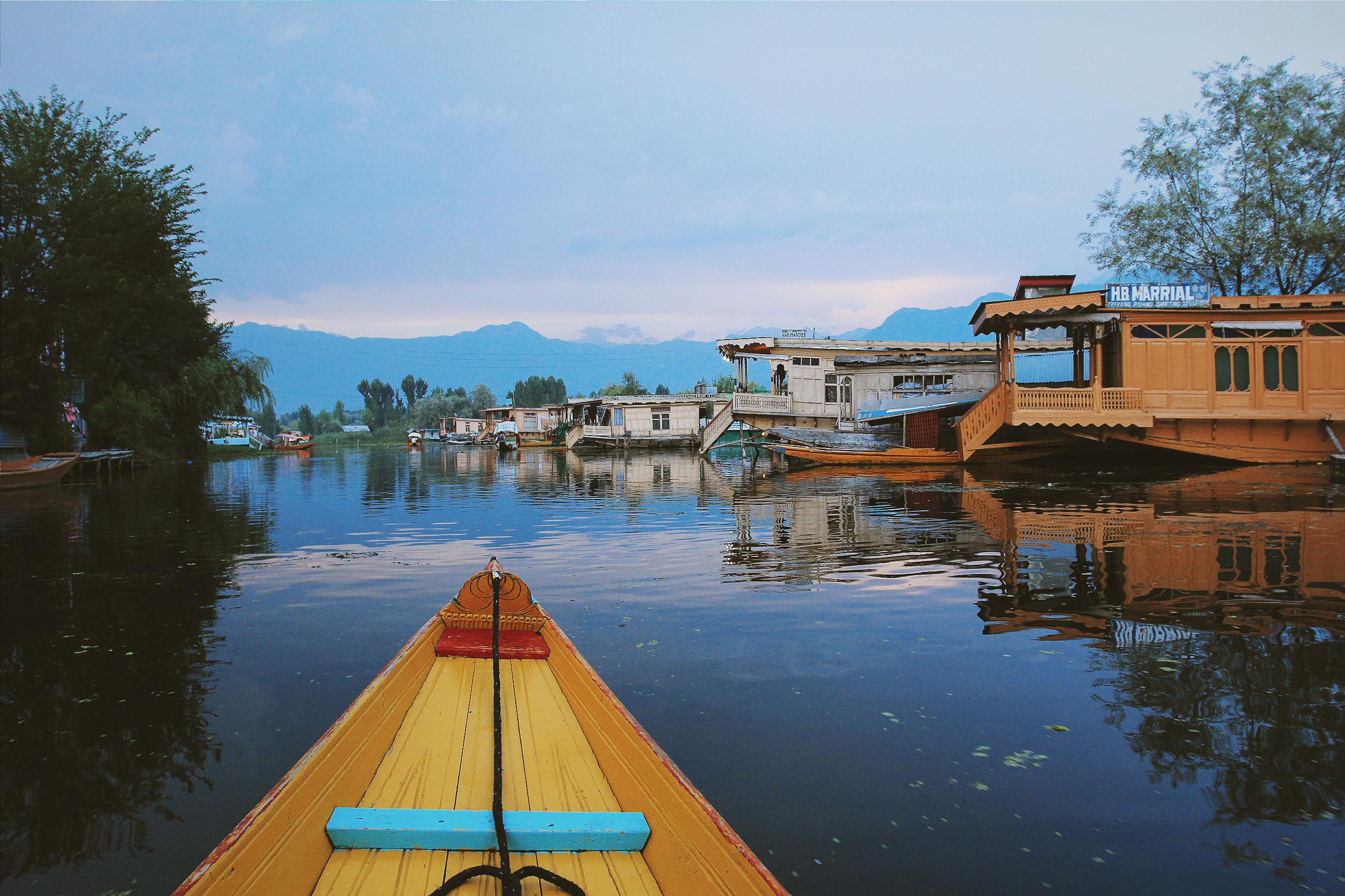 达尔湖是喀什米尔最著名的风景区, 集在湖畔的船屋,更是当地最具特色